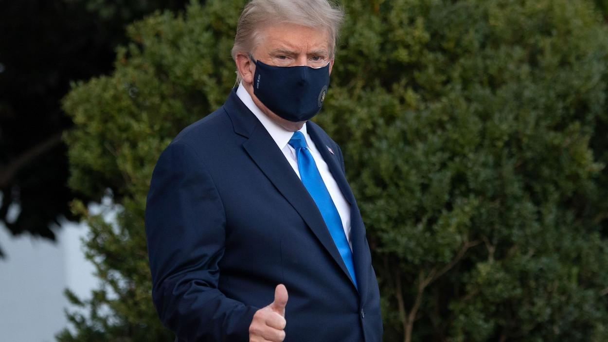 Donald Trump portant un masque noir